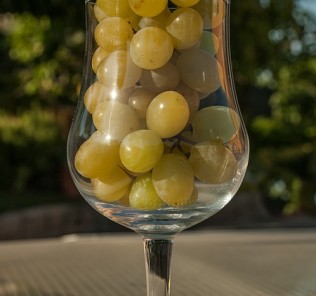 white wine grapes, grapes in a glass